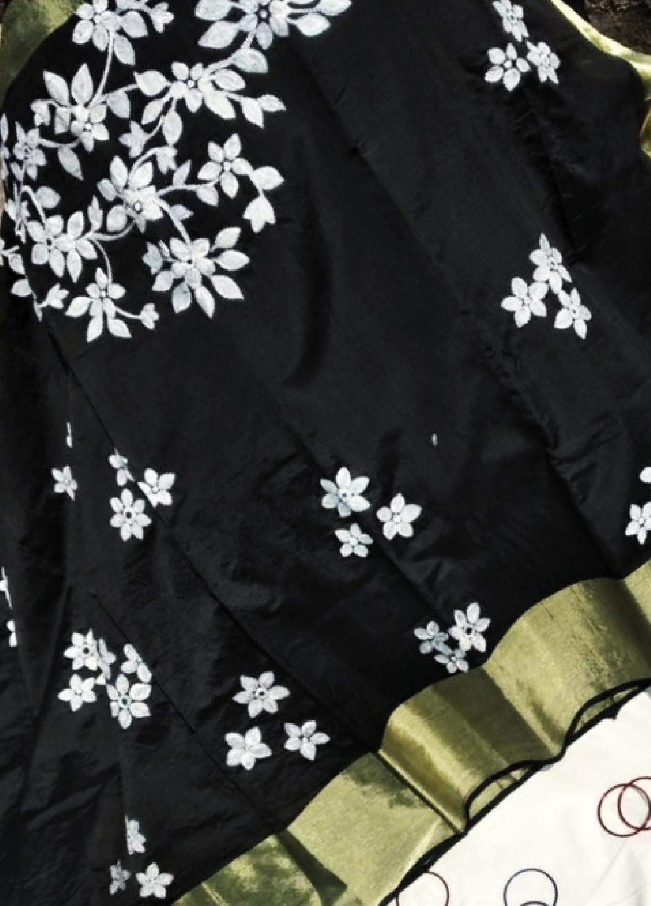 হ্যান্ড পেইন্ট ও কাঁথা ইস্টিজ এর কারুকার্য শোভিত হাফ সিল্ক শাড়ী।
